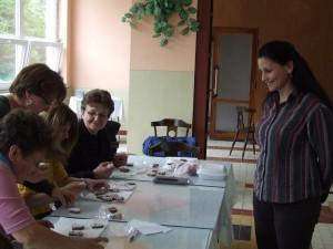 Medovnikárka Jana Popovičová (sprava) radí ženám, ako ozdobiť medovníky
