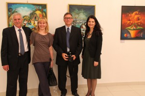 Návštevníci vernisáže diel Glózika a Mesaroša na Veľvyslanectve SR v Číne