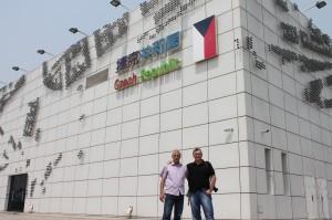 Glózik a Mesaroš medzi názvami vytvorených hokejovými pukmi pri Českom pavilóne v Cangzou