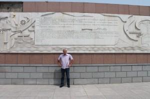 V Cangzou pri pomníku čínsko-česko-slovenského priateľstva