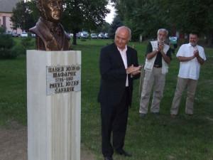 Busta Šafárika v aleji velikánov – vedľa stoja veľvyslanec Ján Varšo, akademický sochár Slobodan Bodulić a akademický maliar Pavel Čáni
