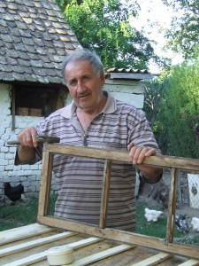 Majster Maglovský pri práci s drevom