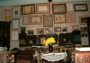 V izbe za ateliérom sú početné uznania pre maestrovu tvorbu a priestor, kde vítal hostí (názov foto: Maliar Jonas 2)