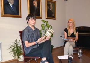 Mareka Zákopčana dôkladne vyspovedala moderátorka večierka Katarína Mosnáková (foto: ÚKVS)