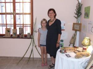 V ovzduší umeleckých exponátov: vedúca dielne Dušica Mihajlov s jednou z mladších účastníčok