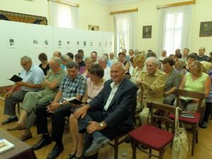 Potomkovia rodiny Verešovej (sedia sprava v prvom rade) a hostia na slávnostnom otvorení výstavy
