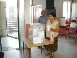 Z nedeľného hlasovania v športovej sieni v Šíde
