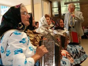 Banátčanov na Slovenské národné slávnosti lákala blízka slovenčina, no vábila ich zvlášť skôr aj ďaleká cesta do Petrovca. Na snímke z roku 2004 je horlivý matičiar Ján Haník z Bieleho Blata v spoločnosti chýrečných aradáčskych meškárok.