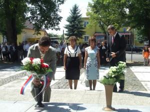Kyticu kvetov k pamätníku Jána Kollára položil aj predseda Žilinského samosprávneho kraja Juraj Blanár (vľavo)