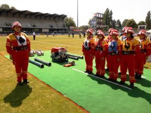 Aradáčske požiarničky pri štarte cvičenia na štadióne v Mulhouse