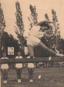 Alžbeta Pucovská, vtedy ešte Gierová, počas jednotliveckého vystúpenia na kladine na SNS roku 1953 (foto: archív A. P.)