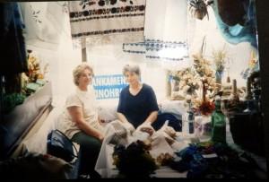 Anna Dingová (zľava) a Anna Mrvová zo Slankamenských Vinohradov na Jarmoku umenia v rámci SNS 2007