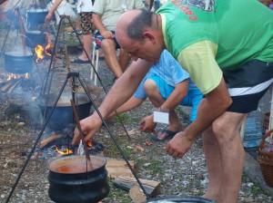 Víťaznú rybaciu polievku uvarili kysáčski rybári (foto: P. Pálik)