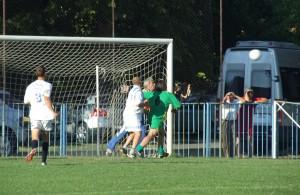 Hosť Kolejak už v 1. min. zavesil gól P. Chlpkovi z voľného kopu – 0 : 1