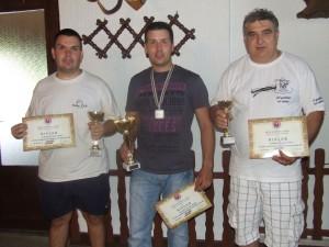 Kapitáni troch najlepších mužstiev s pohármi