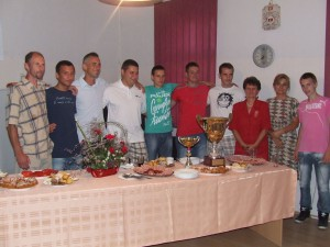 Mužstvo MOMS Aradáč na prijatí spolu s predsedníčkou organizačného výboru festivalu Erkou Viliačikovou (druhá sprava) a predsedníčkou MOMS Annou Bagľašovou (tretia sprava); Vladimír Gál stojí prvý zľava