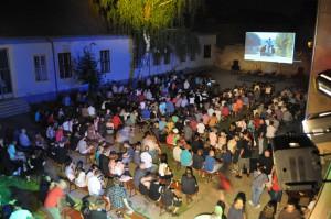 Pohľad z poschodia na letné kino v Petrovci počas SNS