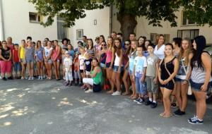Spoločná fotografia hostí a hostiteľov na školskom dvore