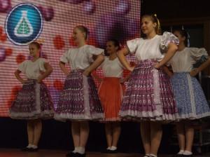 Záber z tanca mladšej tanečnej dievčenskej skupiny z Padiny
