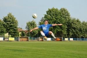 Kiežby takýchto volejov bolo čím viac: Ján Tatliak (FK Mladosť Petrovec) Foto: J. Diňa