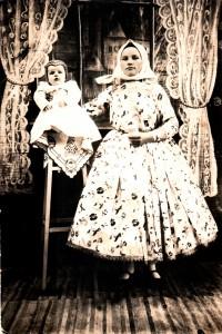 Dieťa v kabanke a čepčoku (polovica 20 storočia)