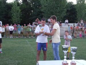 Branislav Kuštra (sprava) na futbalovom turnaji, ktoré zorganizovala Terra, udeľoval víťazné poháre najúspešnejším mužstvám