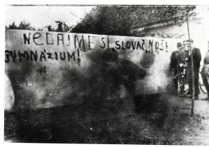 """Záber z protiokupačnej akcie petrovskej ilegálnej NNO z 13. 9. 1941 – na múre je vypísané heslo """"Nedajme si, Slovač, naše gymnázium!"""""""