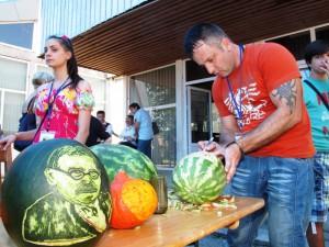 Na meloniáde v rodnom mestečku Mihajla Pupina šampión Szilágyi vytvoril na melóne podobizeň známeho vedca