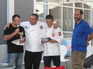 Víťaz Mihály Szilágyi z Debeljače a vychýrení kuchári Ðurđević, Imširović a Mišić (zľava) – členovia odbornej poroty neskrývali pocity radosti po úspešne absolvovanom šampionáte