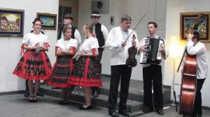 Hruškári, hudobníci z Rosičky a tanečníci z Rozmarína pred vystúpením na slávnostnom otvorení výstavy obrazov v Slovinsku