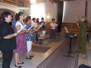 Účastníci po precvičenej skladbe po častiach postojačky zaspievali aj celú pieseň