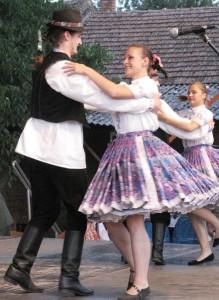 Tanečníci Rozmarínu na vystúpení v Aradáči