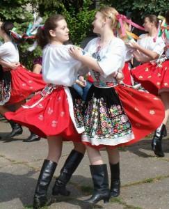 Tanec pred Domom kultúry počas kultúrno-športovej akcie Belehrad – Kovačica – Belehrad