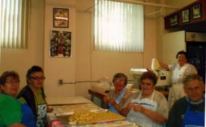 Takto sa pripravujú zemiakové pirohy. Na snímke (sprava): Kovačičan Ján Hriešik, Petrovčanka Zuzana Červenáková, Kulpínčanka Mária Zimová, Jánošíčanka Eva Topoľská, Silbašanka Zuzana Verešíková a stojí Zuzana Kukučková z Hložian