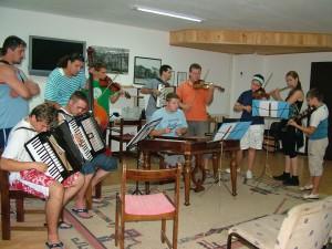 Na seminári sa pravidelne dbá aj na hudobnú zložku folklóru dolnozemských Slovákov (Foto: z archívu A. F.)