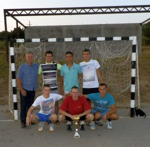 Mužstvo Autsajder s pohárom a s Jánom Machom (stojí prvý zľava), predsedom Organizačného výboru 10. Budárskych dní