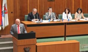 Pavle Radanov (zľava za rečníckym pultom) prebral nepovďačnú úlohu primátora