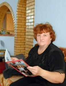 Katarína Miháleková si po návrate z terénu aj sama zalistuje v najnovšom čísle Hlasu ľudu