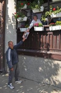 V Petrovci aj Neslováci každý týždeň netrpezlivo čakajú kolportérov Hlasu ľudu – jednou z nich je aj Mara Adámeková