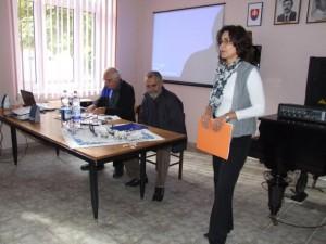 Koordinátorka seminára Miluška Anušiaková-Majerová predstavuje školiteľov prvého recitačného seminára v Petrovci
